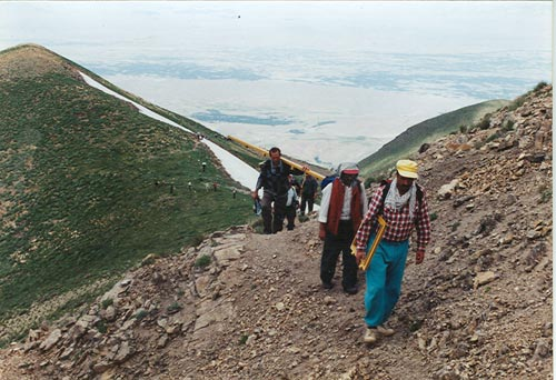 حمل تجهیزات به پناهگاه بزغوش سراب توسط کوهنوردان غیور اذربایجان شرقی